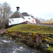 la distillerie et la rivière